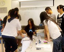 劉嘉欣(中)與學院「銀黏土首飾設計與製作」的同學討論首飾設計