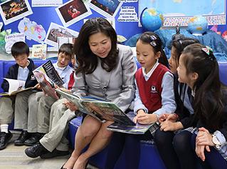 Maggie和學生一起閱讀課外書