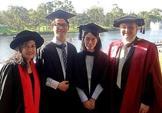 Clement專程到UniSA出席畢業典禮,順道參觀校園,更與課程的兩位教授(左一及右一)結為好友,身旁的同學正是他難得的學習夥伴。