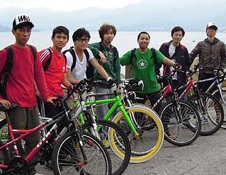 Gary(左二)課餘時與蕭偉雄老師(右三)和同學一起踏單車。