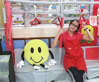 實習時協助幼稚園學生用畫紙砌成港鐵車箱,孩子的投入讓她很有滿足感。