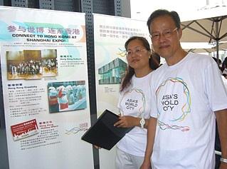 李偉棠退休後與太太一同為「中國2010年上海世界博覽會」當志願者(攝於香港館)