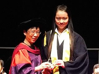 於高級文憑畢業典禮上獲主禮嘉賓秦安琪博士領發「學業成績優異獎學金」