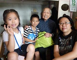 與子女參加保良局友善社區探訪活動。