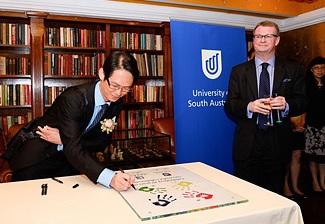 去年SCE與UniSA的合作踏入20周年,Clement獲邀作為畢業生代表出席慶祝活動。