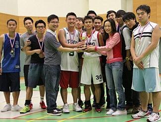 Gary(右三)參加毅進班際籃球比賽,獲得季軍。 前排左四及右二分別為繼任的課程總監陳志強博士和班主任陳美珊老師。