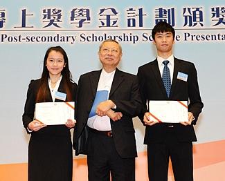 2012年獲時任教育局局長孫明揚先生領發「自資專上獎學金」計劃之「卓越表現獎學金」。