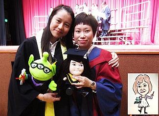 與高級講師伍寶珠博士合照,小圖為漪琳在畢業紀念冊中替伍博士繪畫的漫畫肖像。