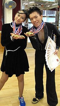 漪琳與舞伴雀躍地展示於今屆校際體育舞蹈賽囊括的九金一銀獎牌。