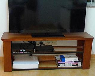 Jack除了藝術創作外,亦會於家中的工作室製作傢倶,圖為他自己親手造的電視櫃
