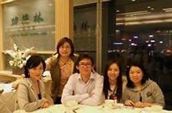 2010年10月同學聚會(左起第二位為余敏華校友)
