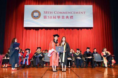 浸大持續教育學院署理副院長兼幼兒及基礎教育總監李南玉博士(左)向高級文憑畢業生頒授證書。