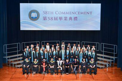 高級文憑畢業生於典禮後與老師合照。