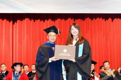 浸大協理副校長(教與學)暨教務長黃岳順教授(左)於第58屆畢業典禮上向副學士畢業生頒授證書。