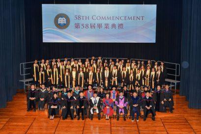 副學士畢業生於典禮後與老師合照。