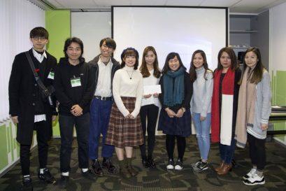 雀巢香港有限公司品牌经理焦盈蔚女士(右一)颁奖予夺得冠军的队伍。