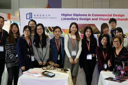 讲师陆换芝(前排右一)十分鼓励学员参加业界举办的国际展览。