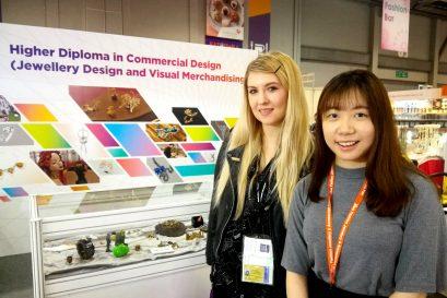「商业设计高级文凭(珠宝设计及商品展示)」课程学员庄思敏(右)与其中一位海外买家合照。