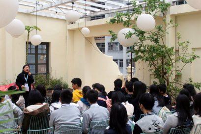 国际学院「专业中文」课程统筹郑瑞琴博士,向高中师生导读湾仔区文学作品,解说作家如何观察生活细节,书写都市生活的质感。