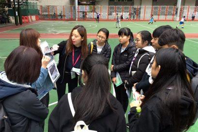 修读「专业中文」副学士二年级的同学担任导赏员,沿途为参加者讲解与景点相关的文学事迹和作品。