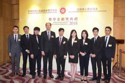 梁萬如博士(左四)與副學士及自資學士課程的獲獎者留影。