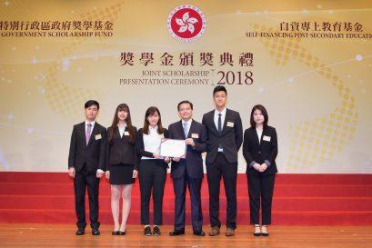 獎同學獲主禮嘉賓張炳良教授(左四)頒發獎狀。