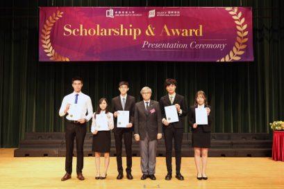 浸大國際學院獎學金贊助人及諮詢委員會主席巢國明先生(右三)頒發獎項予同學,以示嘉許。
