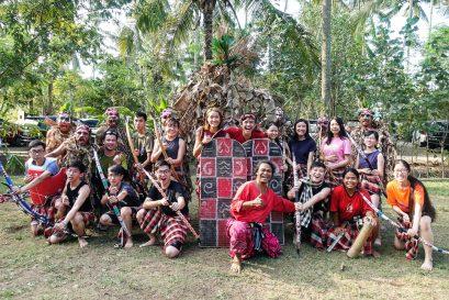 同學暫時放下繁忙的都市生活,與印尼峇里的 原居民打成一片,學習射箭技術及武士精神。