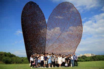 台灣新竹國立清華大學安排了中國文學系兩位 學生擔任導賞員,帶領同學漫步校園、欣賞巨型的裝置藝術品──枯 葉。