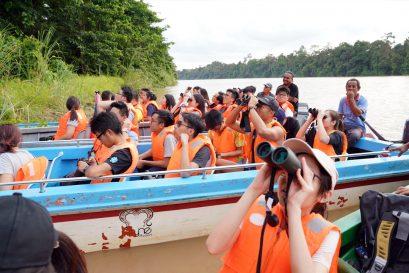 修讀環境保育學及地理及資源管理專修的同學遠赴馬來西亞沙巴考察 ,沿著京那巴當岸河近距離觀察自然生態。