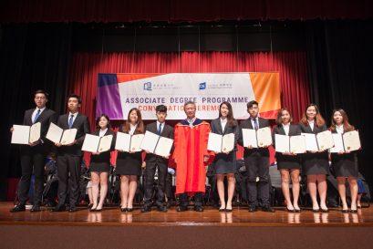 学院在开学礼上颁发感谢状予新一届国际学院学生学会委员,嘉许他们对学院的贡献。