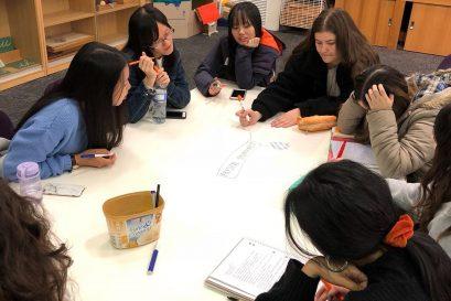 学员与南澳大学学生一同上课,讨论两地幼教政策的异同。