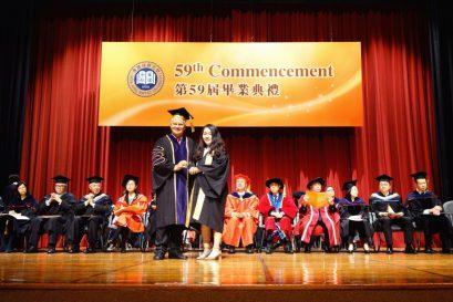 浸大常務副校長麥建成教授向畢業同學頒發獎項及獎學金。