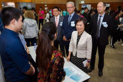 蔡若蓮博士十分讚賞同學在海報論壇上提出的見解。