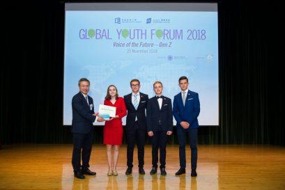 鍾志杰教授向來自捷克的隊伍頒發出色海報設計獎。