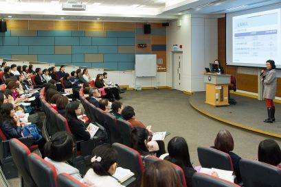 幼兒及基礎教育部總監李南玉博士(講台右方)在研討會上簡介計劃目的、內容以及支援模式。