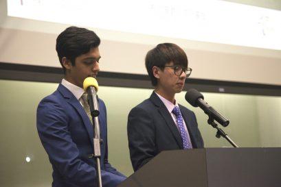 本院學員SHAMAS(「警務」選修群組)(左)及冼樂章(「項目策劃及創意推廣」選修群組)擔任頒獎典禮司儀。