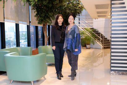Cris(左)與學院學術統籌主任鄺美貞女士合