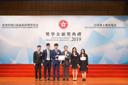 自资专上教育委员会主席张炳良教授,GBS,JP(右三)颁发奖状予学生代表。