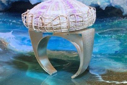 遇璐的作品「會呼吸的珠寶」以海洋生物為設計元素,突顯飾物的生命力。