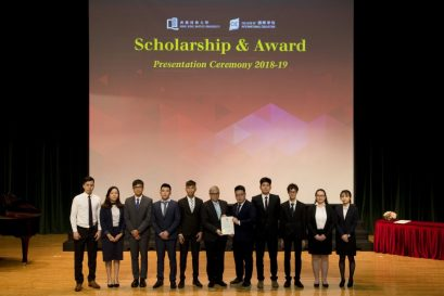 浸大國際學院獎學金贊助人及諮詢委員會主席巢國明先生(中)頒發獎項予同學,以示嘉許。