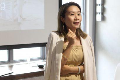視覺陳列師陳奐榕小姐講解商品陳列與珠寶設計的相互關係。