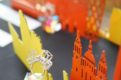 孫以諾同學的作品「城市的狐狸」象徵潛藏摩登都市中的一群狩獵者。