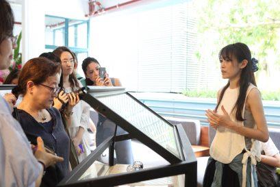 学员(右)亲自向参观者讲解展品的设计理念。