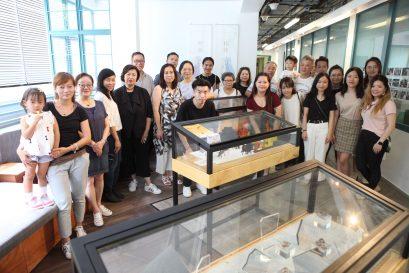 参展学员与一众参观嘉宾合照。