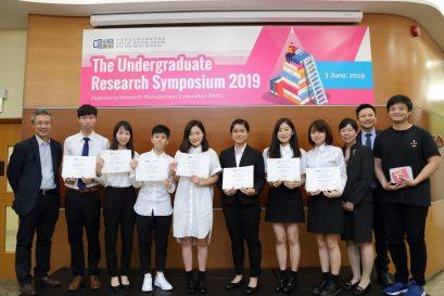 鍾志杰教授(前排左一)、學院研究管理委員會主席劉信信博士(後排)與陳家華教授(前排右二)恭賀榮獲「最佳報告獎」的同學。