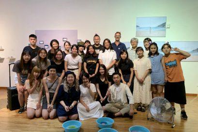浸大國際學院視覺藝術副學士課程舉辦2019學年畢業展覽以「彳 · 回 」為題,共展出37位同學的攝影及雕塑作品。