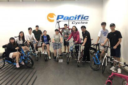 學員參觀太平洋自行車博物館,並試玩館內各款新舊自行車。