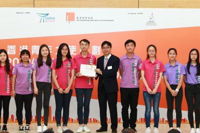 浸大持續教育學院學員陳紀君(左三)與袁曉瑩(左二)參與「2018/19年度香港青年大使計劃」並獲頒金服務獎章。