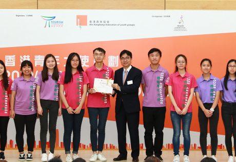 浸大持续教育学院学员陈纪君(左三)与袁晓莹(左二)参与「2018/19年度香港青年大使计划」并获颁金服务奖章。